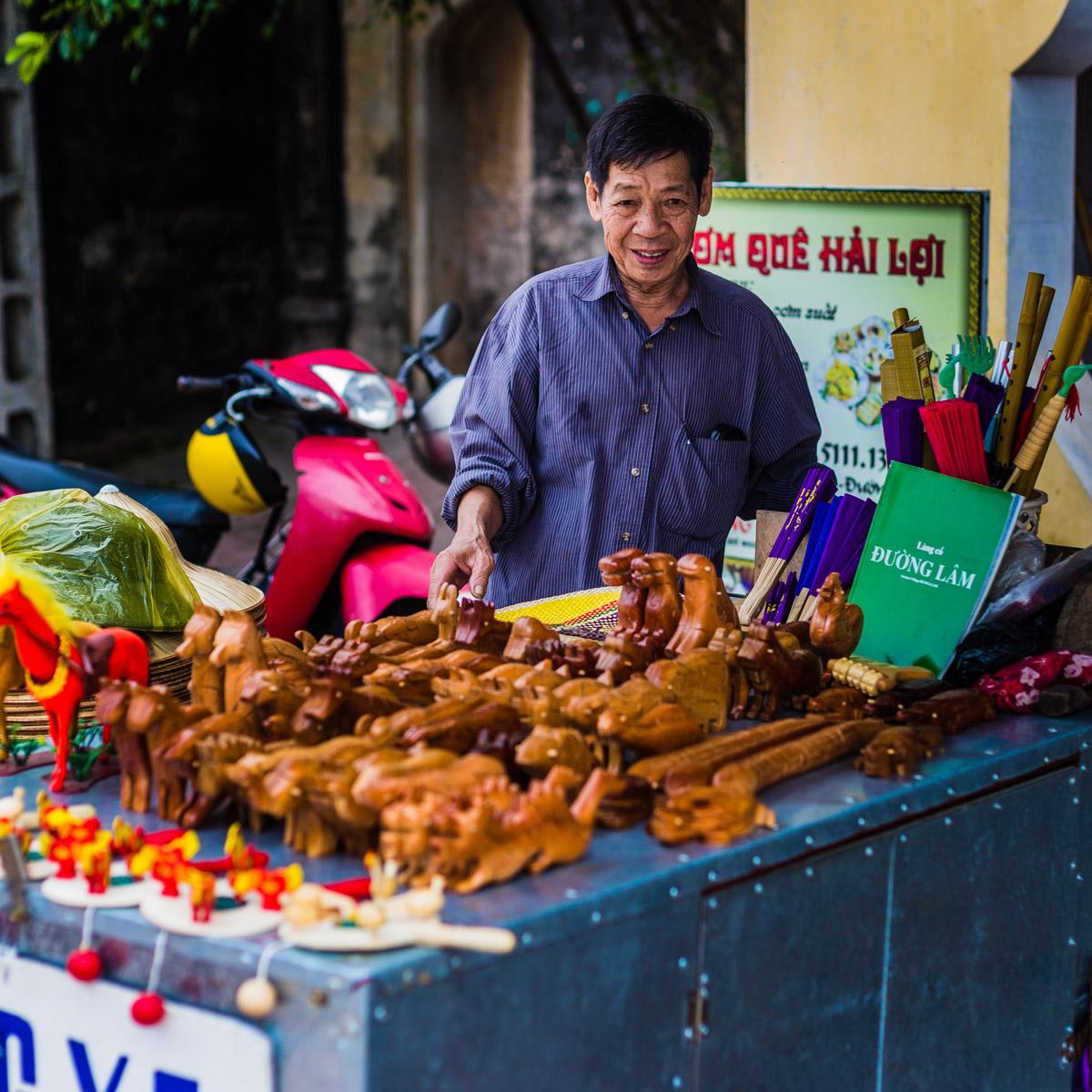 Marchant dans le village de Duong Lam