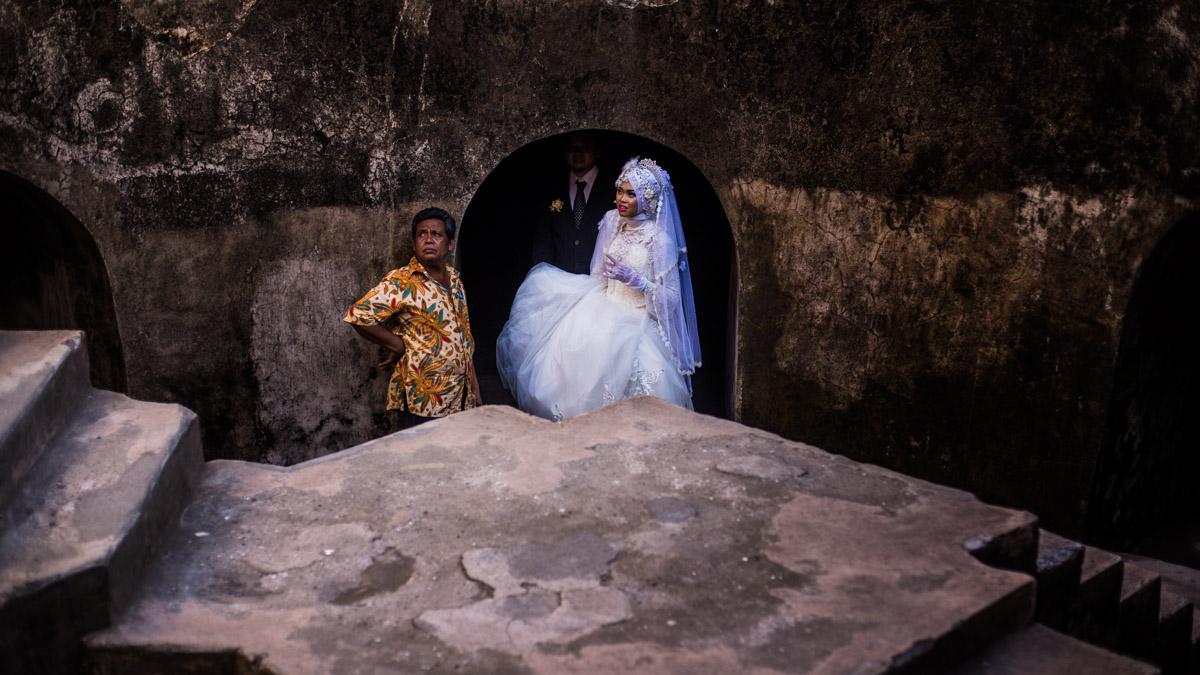 Les mariés dans la mosquée souterraine Sumur Gumuling, Yogyakarta