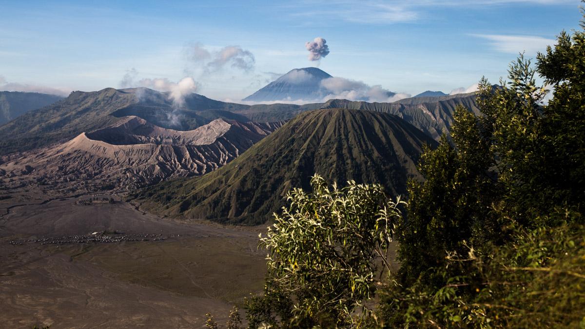 Levée du soleil au dessus des volcans, Cemoro Lawang