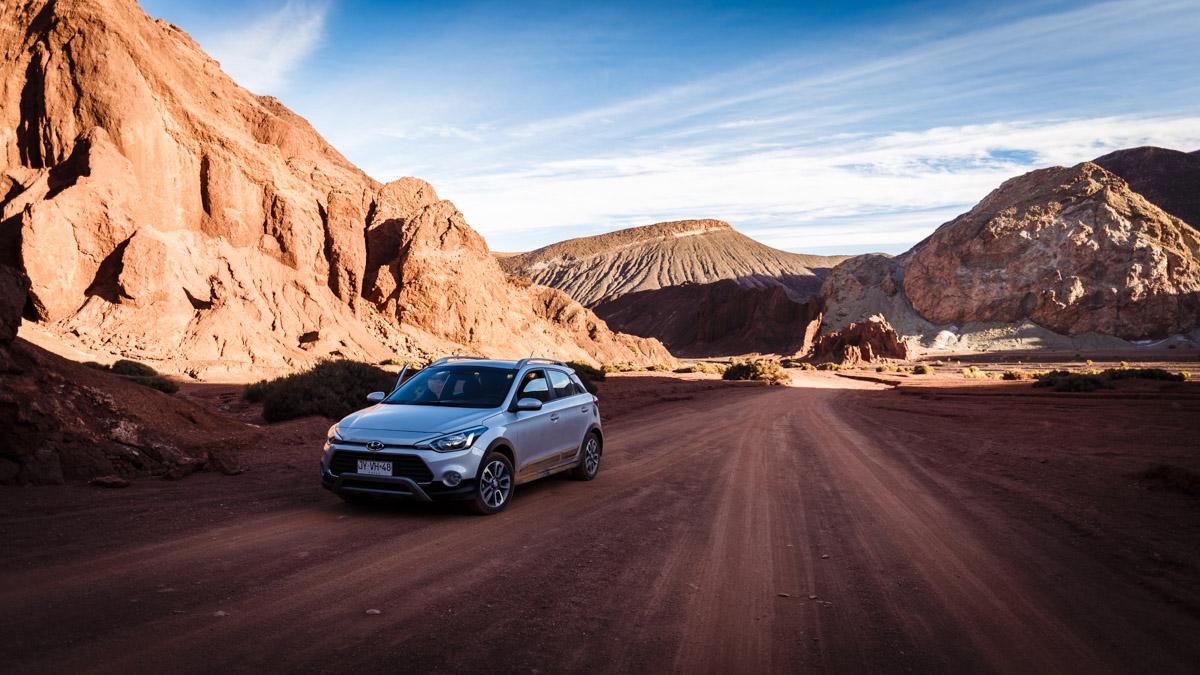Notre voiture en Vallée Arc-en-ciel, désert d'Atacama